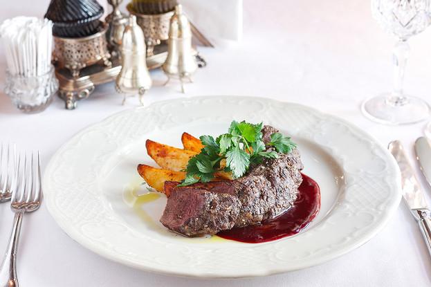 Ресторан «Царь», Санкт-Петербург: Оленина с брусничным соусом и запеченым молодым картофелем