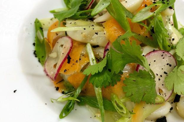 Ресторан «Литературное кафе», Санкт-Петербург: Салатъ дальневосточный с кальмарами, креветками и овощным консоме.