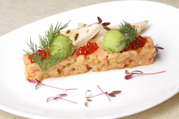 Ресторан «Usoff», Санкт-Петербург: Тартар из лосося с огуречным сорбетом.