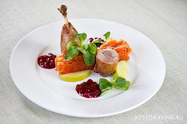Ресторан «Usoff», Санкт-Петербург: Утиная ножка с тушеной капустой, мочеными яблоками и клюквенным соусом.