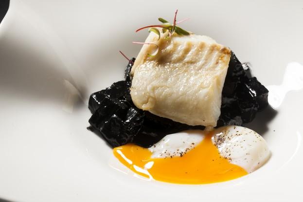 Ресторан «Una», Санкт-Петербург: Треска с черным ризотто из пастернака.