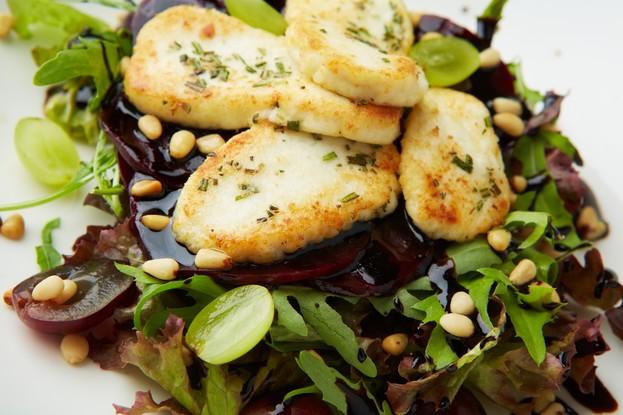 Ресторан «Апрель Cafe», Санкт-Петербург: Салат с жареным сыром и свеклой