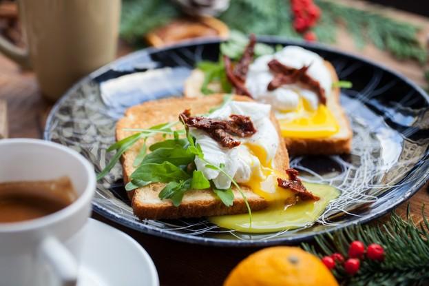 Бар «Daily», Санкт-Петербург: Яйцо пашот с рукколой на тосте