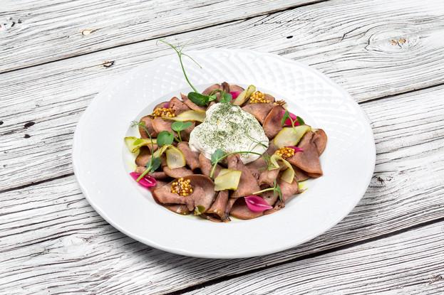 Ресторан «Летучий голландец», Санкт-Петербург: Копченый говяжий язык с муссом из хрена и горчицей