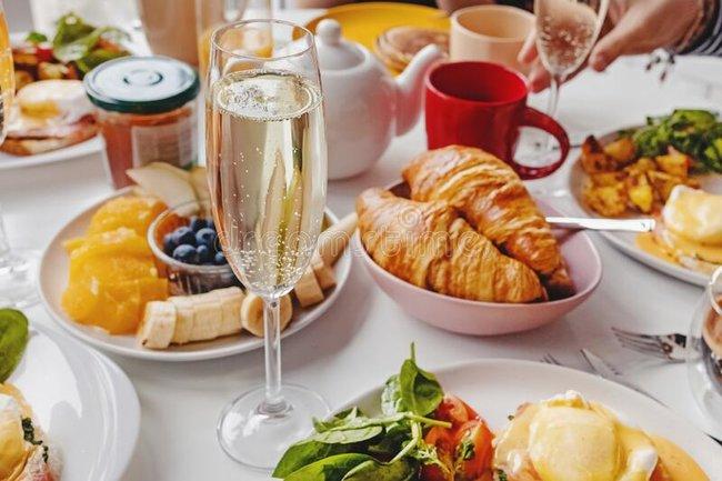Le Cotlete Café: Игристое в подарок на завтрак